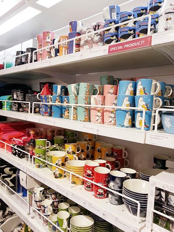 店内に並ぶムーミンのマグカップ