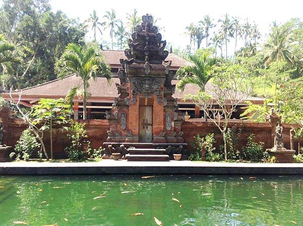 テルタウンプル寺院「湧水の泉」