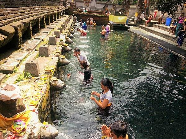 テルタウンプル寺院で沐浴をする人たち