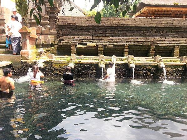 テルタウンプル寺院での沐浴