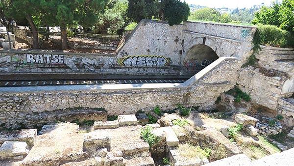 アテネの線路が見える風景
