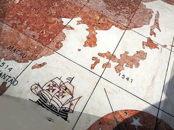 広場には世界地図があります
