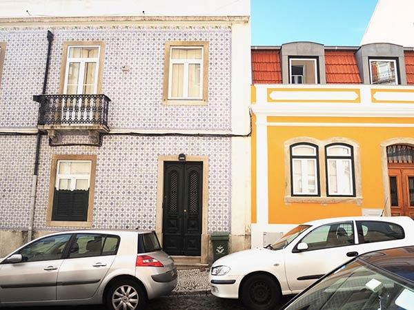 左側の建物の模様が特徴的ですね