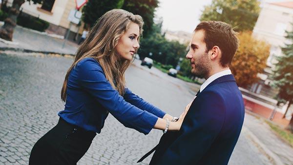 男を突き放す女性