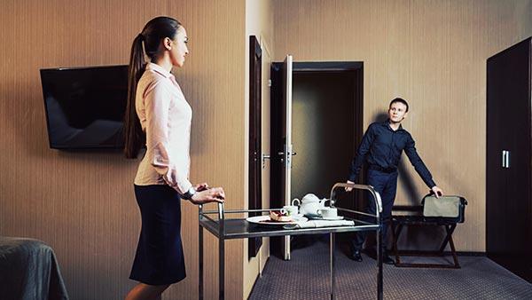 ホテルの中で出会う男女
