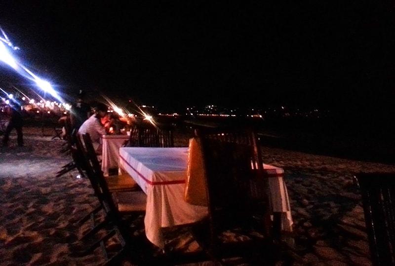 ジンバランビーチとテーブル