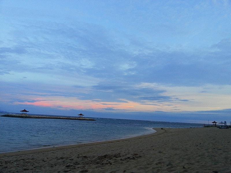 空がピンク色に染まるサヌールビーチ