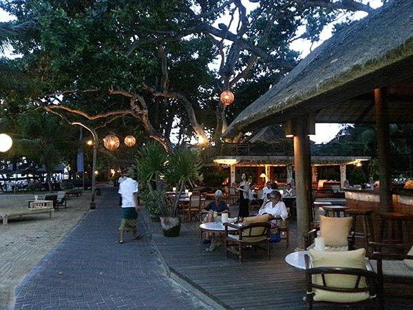 ライトアップされるサヌールビーチのレストラン