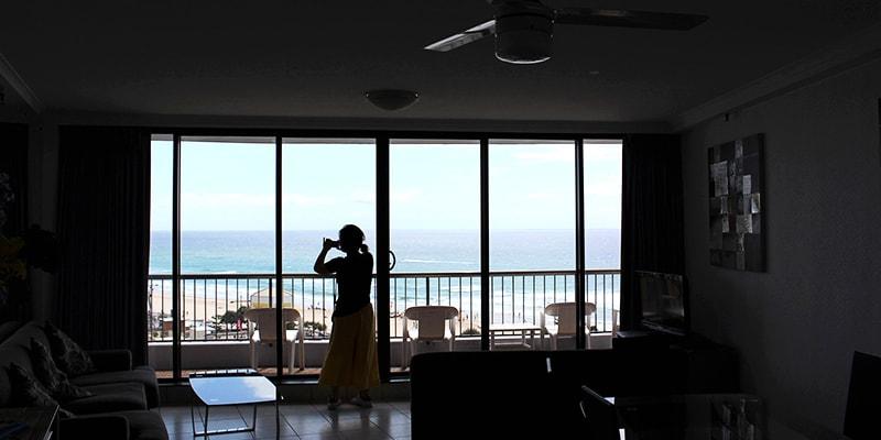 アパートからビーチを見下ろす