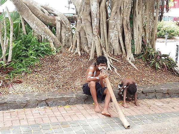 笛を吹くアボリジニの少年