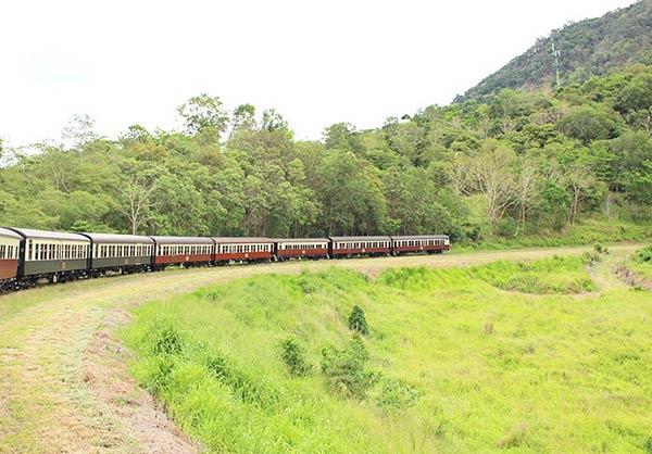 キュランダ鉄道を走る列車