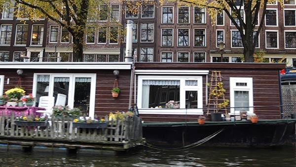 アムステルダムの運河クルーズからの風景