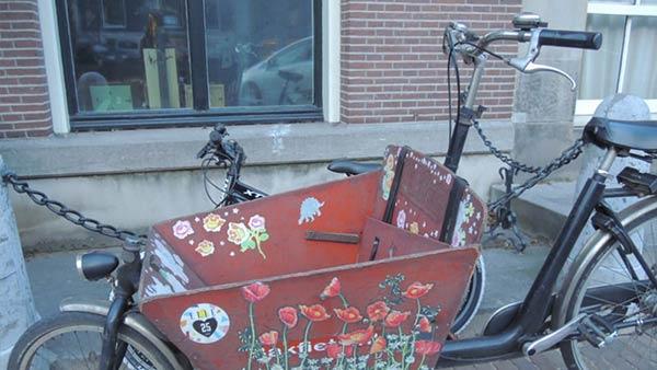大きな荷物かごが付いた自転車