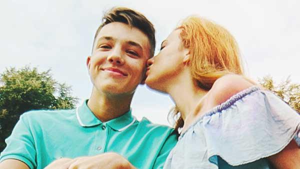 彼女にキスをされる男