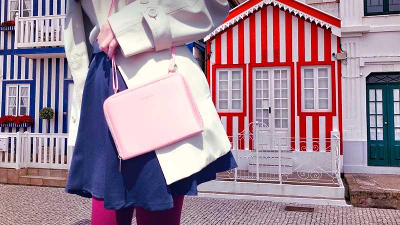 ピンクのバッグをもったコーディネート