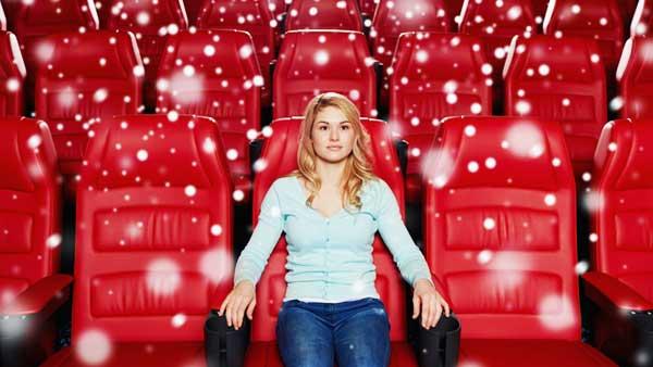 映画を観る女性