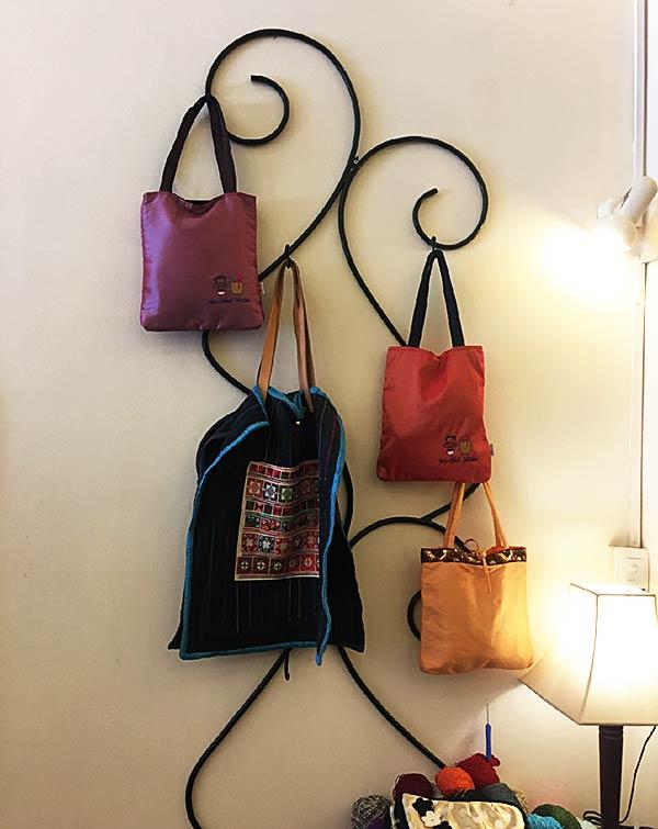壁に掛けられたバッグ