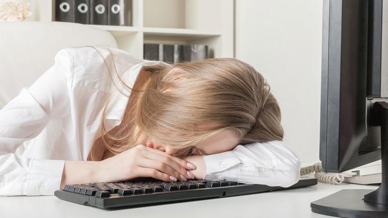 pcの前で仮眠をとる女性
