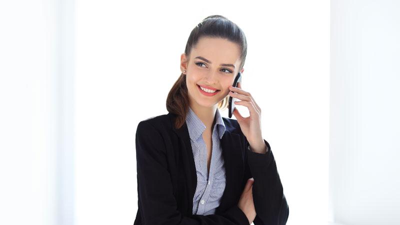 敬語で電話対応する女性