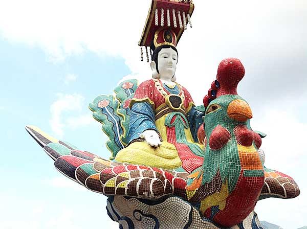 鳥に乗っている人の像