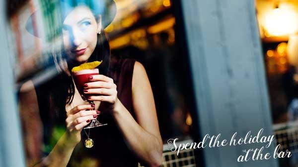 バーでカクテルを飲む女性