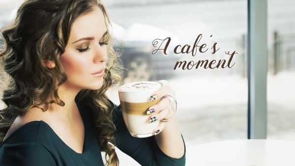 カフェでラテを飲む女性