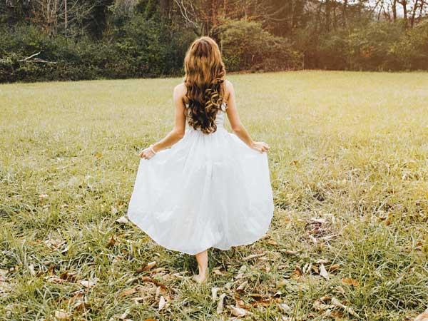 ウェディングドレスを着て歩く女性