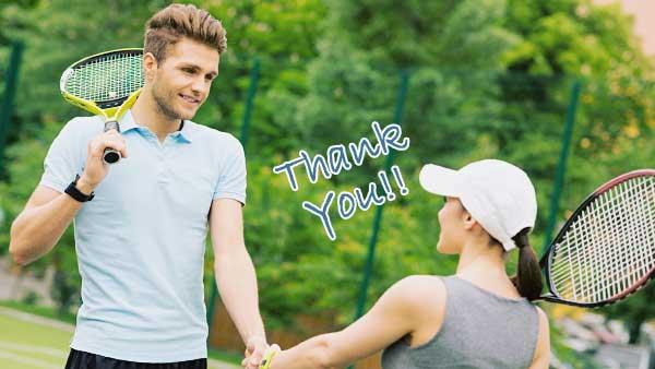 テニスの対戦相手にお礼を言う女性