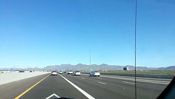 アリゾナ州フェニックスからセドナへ向かう道路