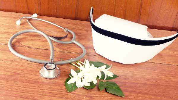 ナース帽と聴診器と花