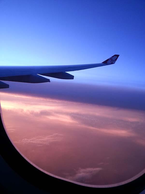 飛行機の窓から見る空