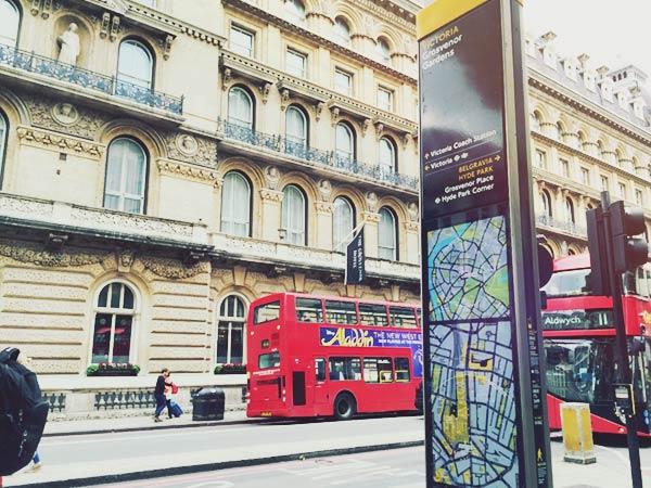 ロンドンの街と2階建てバス