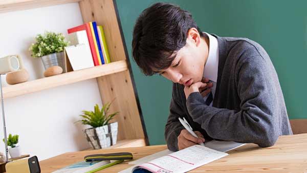 受験勉強する学生
