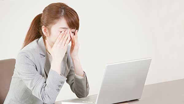 パソコンで目が疲れた女性