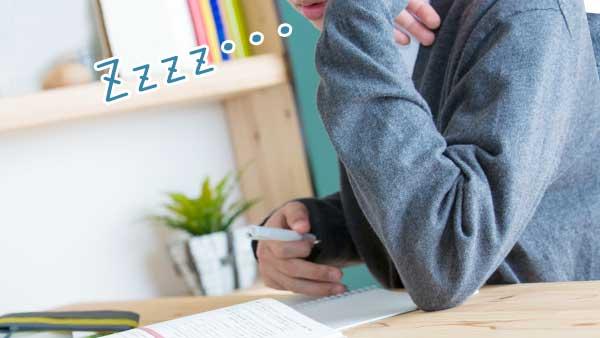 うたた寝する学生