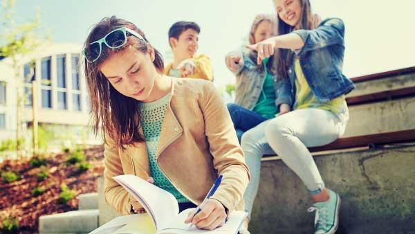 イジメに負けず勉強する女性