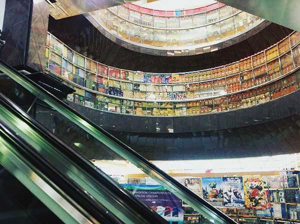上の階はスーパーマーケット