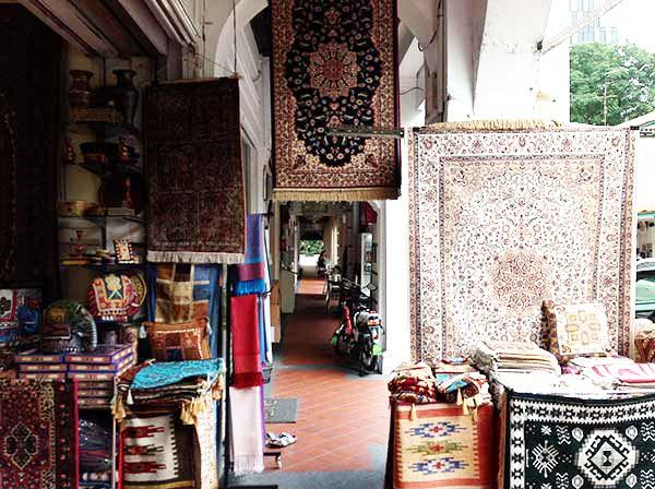 絨毯が売られています