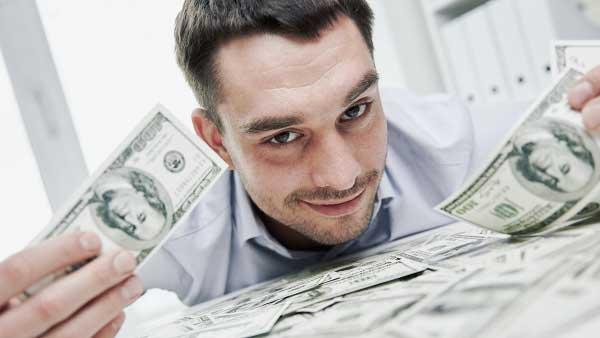 お金を両手に持つ男