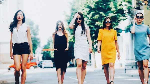 取り巻きと一緒に街を歩く女性