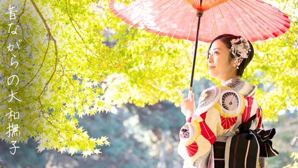和傘をさした女性