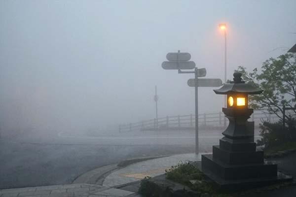 濃霧と灯篭