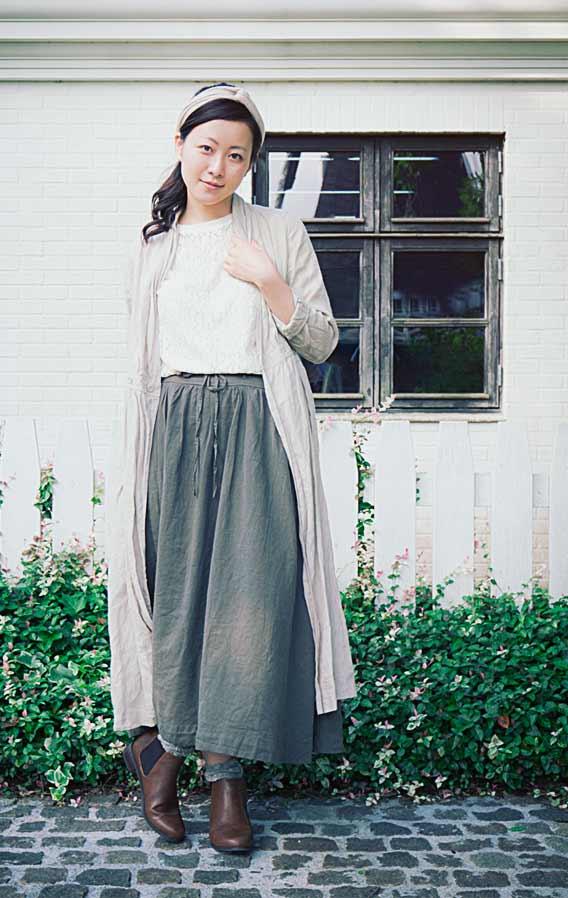 ロングスカートを履いた女性