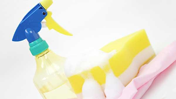 洗剤とスポンジとゴム手袋