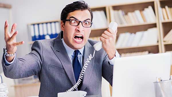 電話越しに怒る男