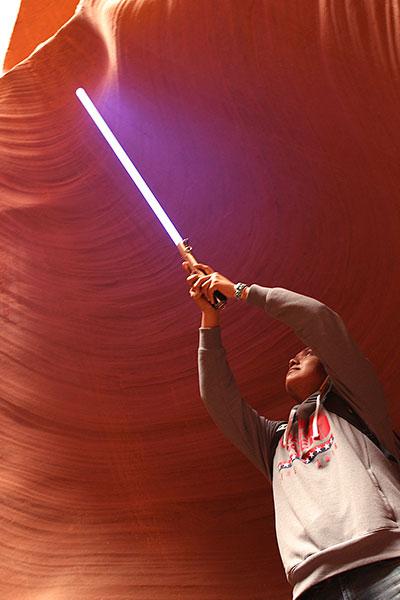 アンテロープキャニオンでライトセーバーを掲げて写真を撮ってる男性