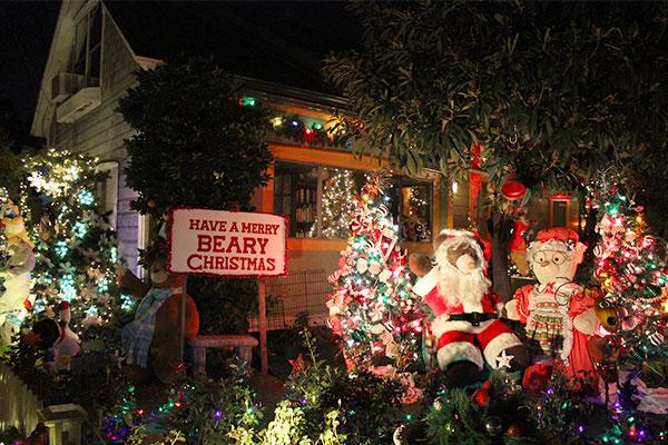 クリスマスの飾り付けをしているアメリカのお店