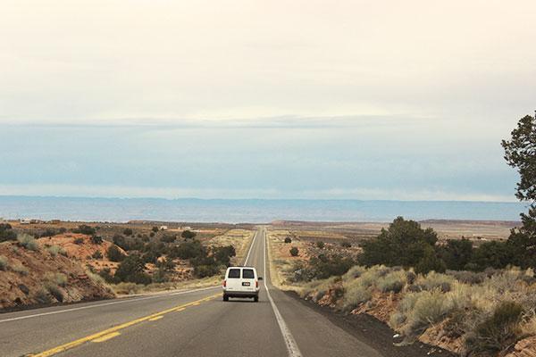 アメリカの草原の中を走る直線道路