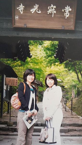 常寂光寺で記念撮影をしている女性達