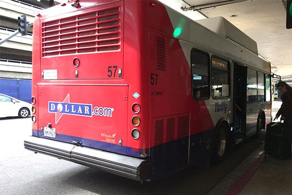 ロサンゼルス空港から出てるレンタカー屋さんに行けるバス